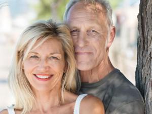 Zwei ältere glückliche Menschen